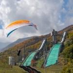 紅葉とジャンプ台とパラグライダー