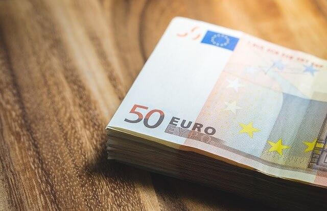 50 euron seteleitä pöydällä