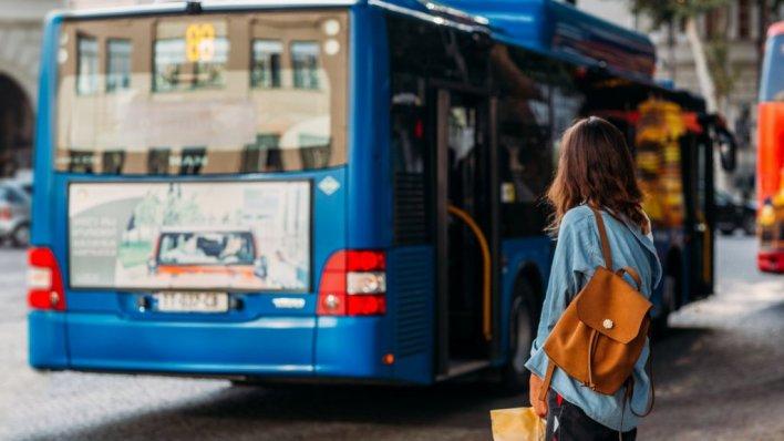 الحافلات العامة المطورة في تبليسي مزودة ب WIFI مجاني ومخارج USB للشحن