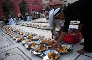 A Pakistani Muslim man arranges Iftar food for Muslim devotees before they break their fast during the holy fasting month of Ramadan in Karachi on June 30, 2014. (AFP/Asif Hassan)