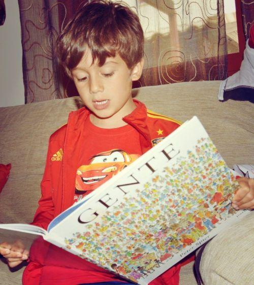 Ángel boquiabierto leyendo Gente