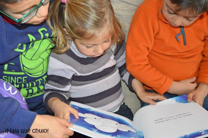 Hermanos que leen juntos