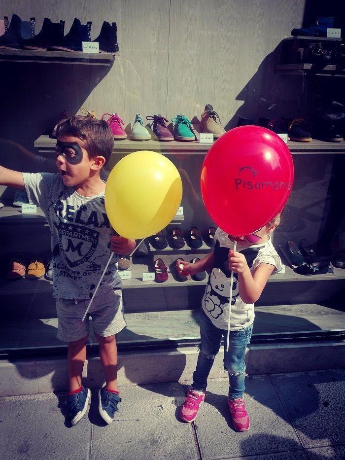 Niños contentos con sus globos Pisamonas