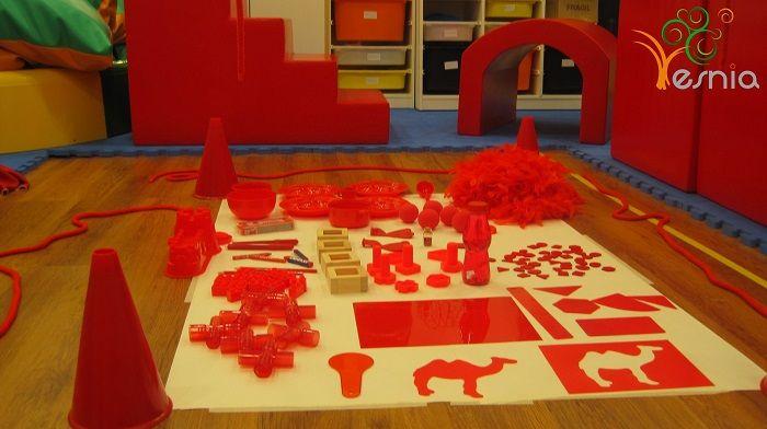 Taller sensorial sobre el color rojo en Centro Esnia