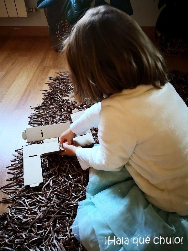 Elsa en pleno montaje de los bloques de construcción de cartón