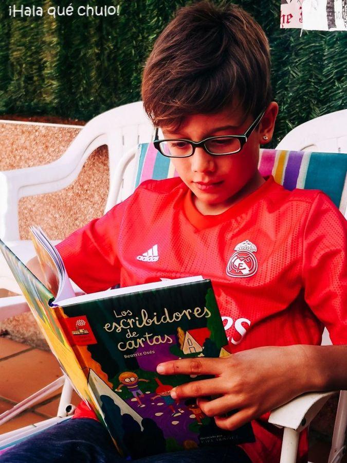 """Ángel disfrutando de la lectura de """"Los escribidores de cartas"""""""