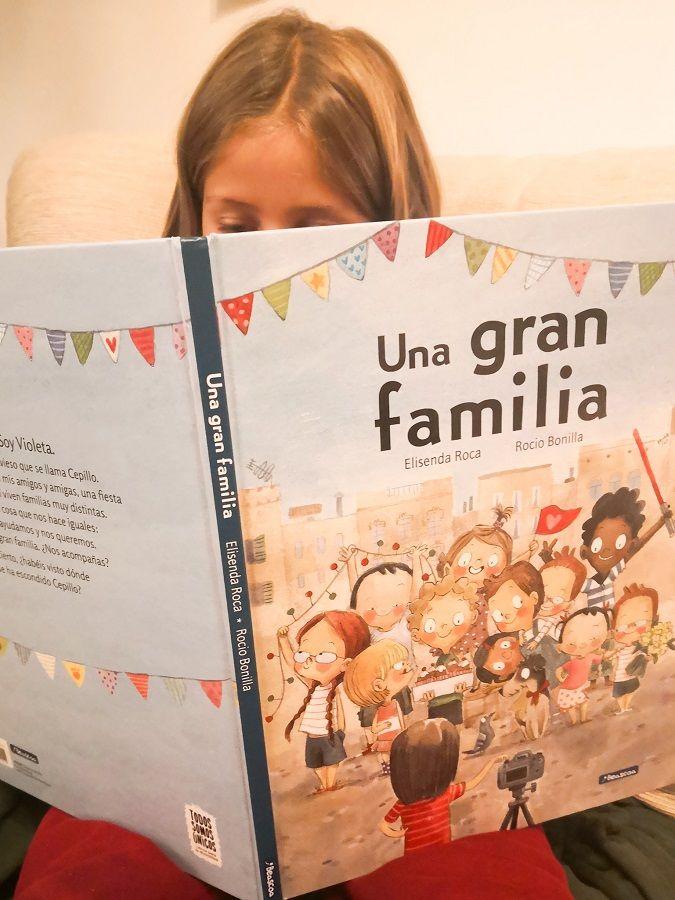 "Elsa leyendo ""Una gran familia"""