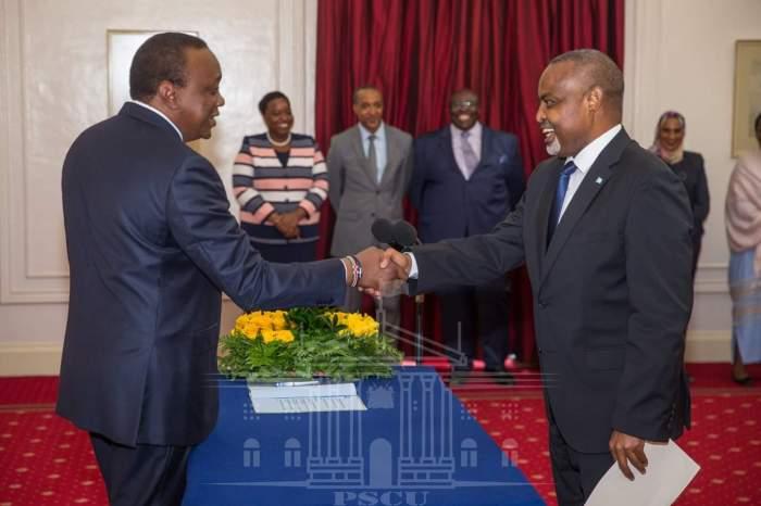 Uhuru Kenyatta oo warqadaha aqoonsiga ka guddoomay danjiraha Soomaaliya u fadhin doona Kenya