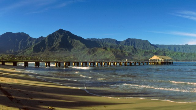 Māmalahoa mountain above Hanalei Pier with Makaihuwa'a ridge and Nāmolokama mountain extending back to the left.