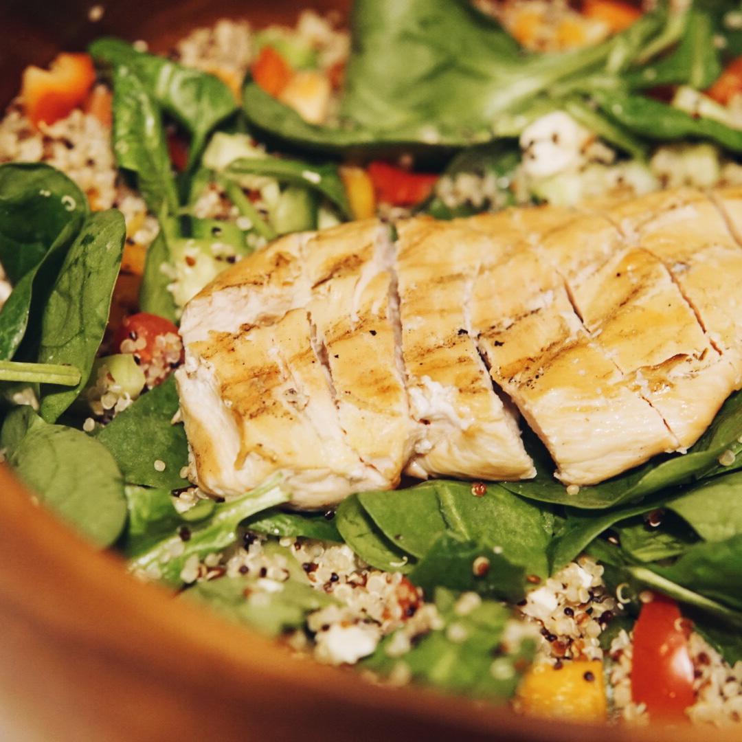 Greek Chicken and Quinoa Salad {Recipe}