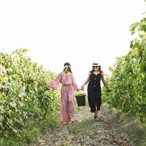 Kazachstan kleine flessen witte wijn vrouw in jurk