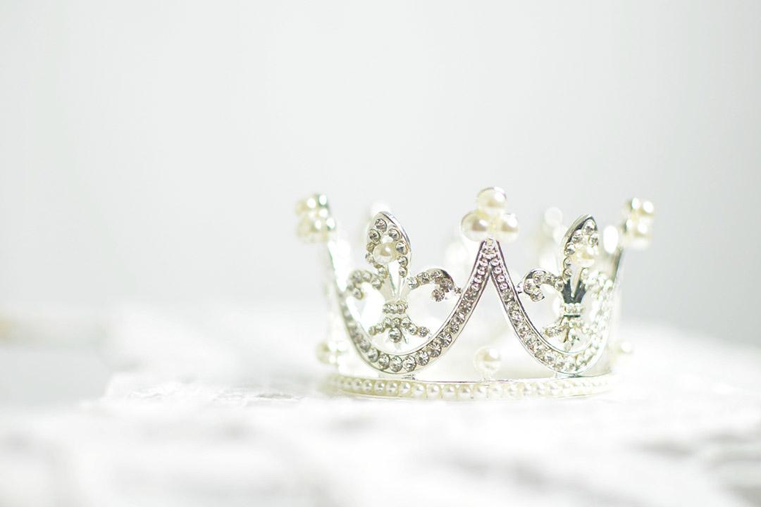 Crown, silver, white and diamond HD photo by Ashton Mullins (@ashtonmullins) on Unsplash
