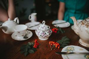 Teapot, pot, cup and tea HD photo by Anete Lūsiņa (@anete_lusina) on Unsplash