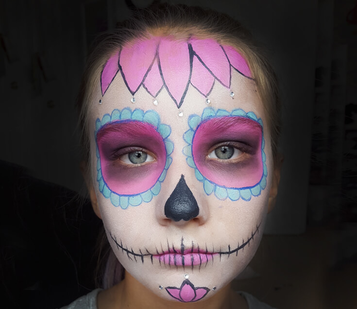 If you've ever wondered how to do cool sugar skull make up for a day of the dead or Halloween party this tutorial is for YOU! SUPER easy, anyone can do it. Sweet Sugar Skull Makeup Tutorial | Halfpint Design - party makeup, costume makeup, dia de los muertos