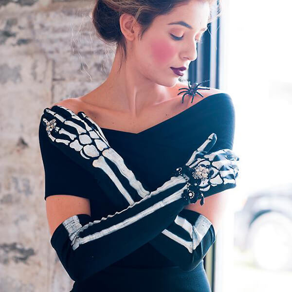 Could these jeweled skeleton gloves be any cooler? I'm totally wearing these to my Day of the Dead party! Dia de los Muertos Party Resources   Halfpint Design - Halloween party, party decorations, party clothes