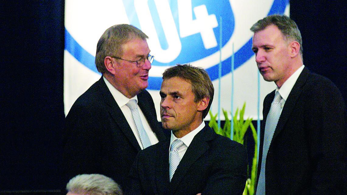 Archiv-Foto von der Mitgliederversammlung 2007: Dr. Jens Buchta (r.) mit Olaf Thon und Schalkes Ex-Präsident Josef Schnusenberg. Foto: NBM