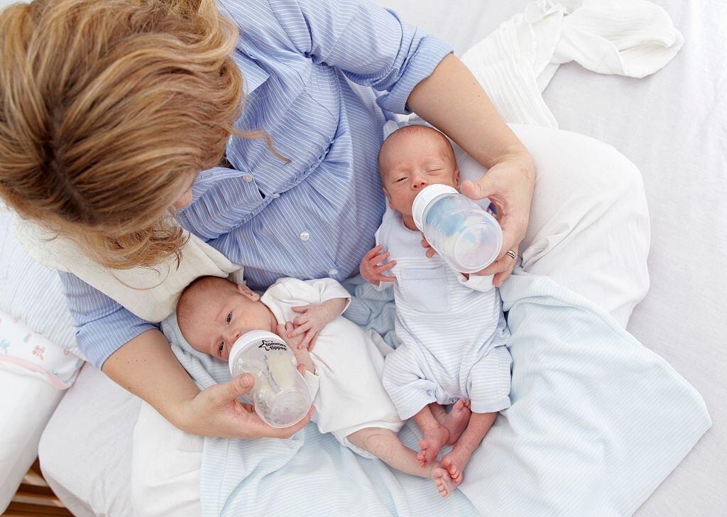 cara menyusui bayi kembar baru lahir