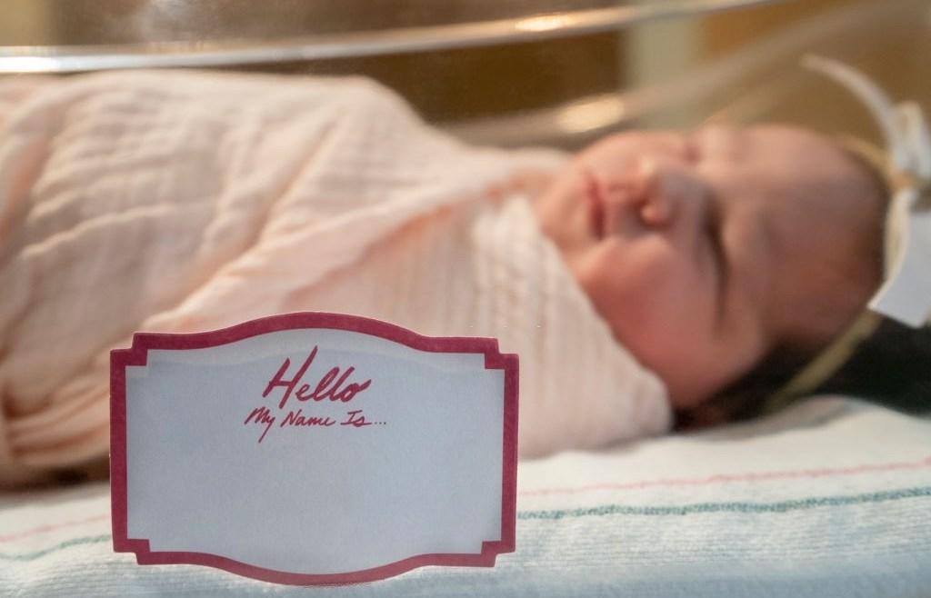 Pusing Cari Nama Anak Baru Lahir? Cek Referensi Ini Yuk, Moms!