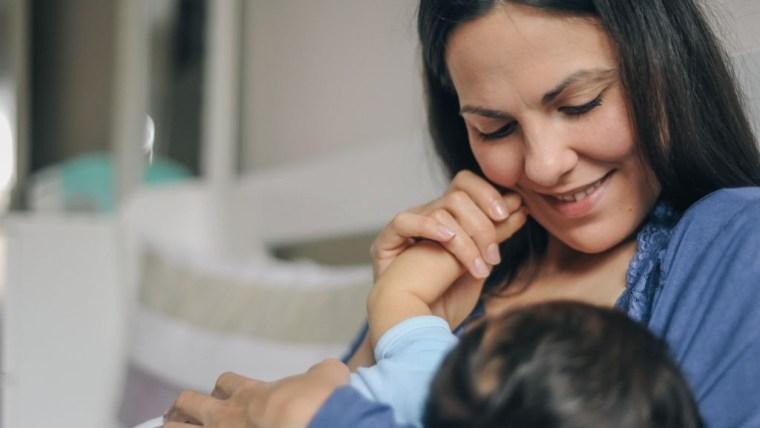Moms Harus Tahu Cara Menyusui Bayi yang Baik Agar si Kecil Nyaman