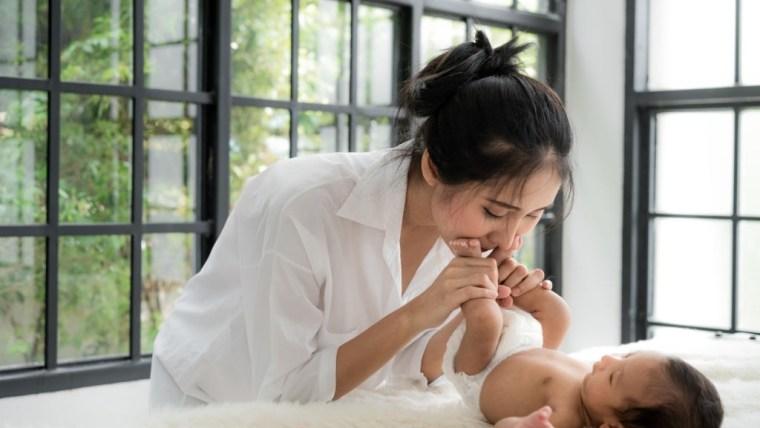 Perkembangan Bayi 4 Bulan, Si Kecil Mulai Belajar Bicara Moms