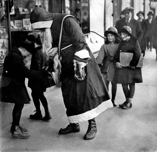 📷 the 13 most Disturbing Santa Claus Photos on the Net 🎅 12