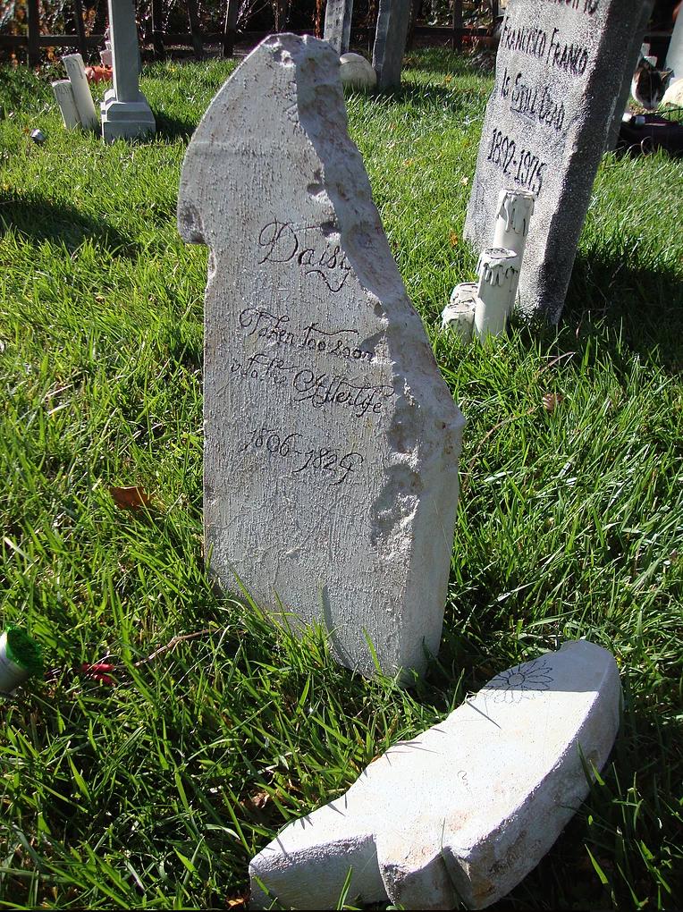 Evil Vines Cemetery Outdoor Yard Haunt Tombstone Broken Cracked