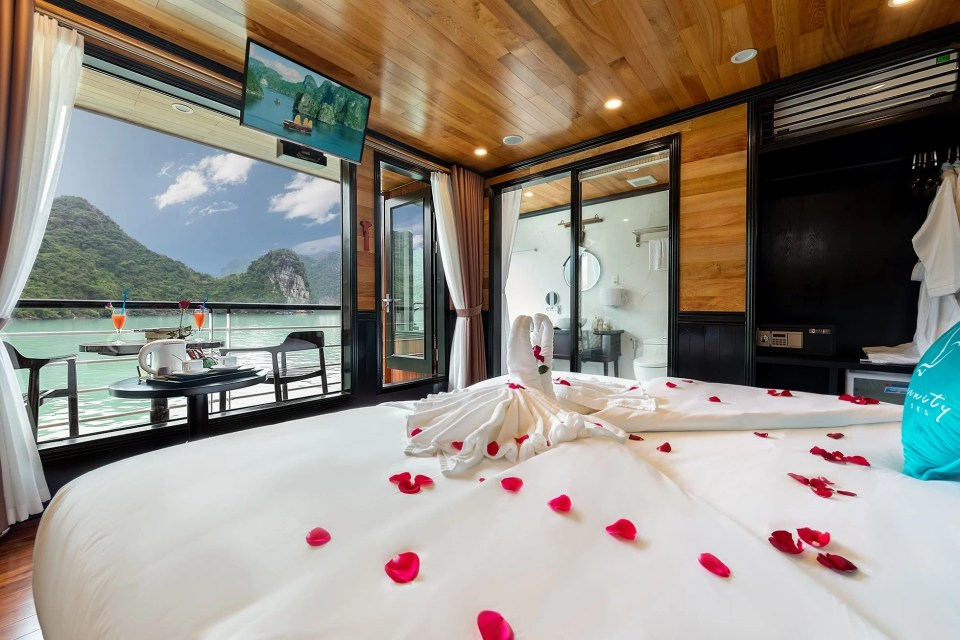Senior Suite Cabin Halong Serenity Cruises