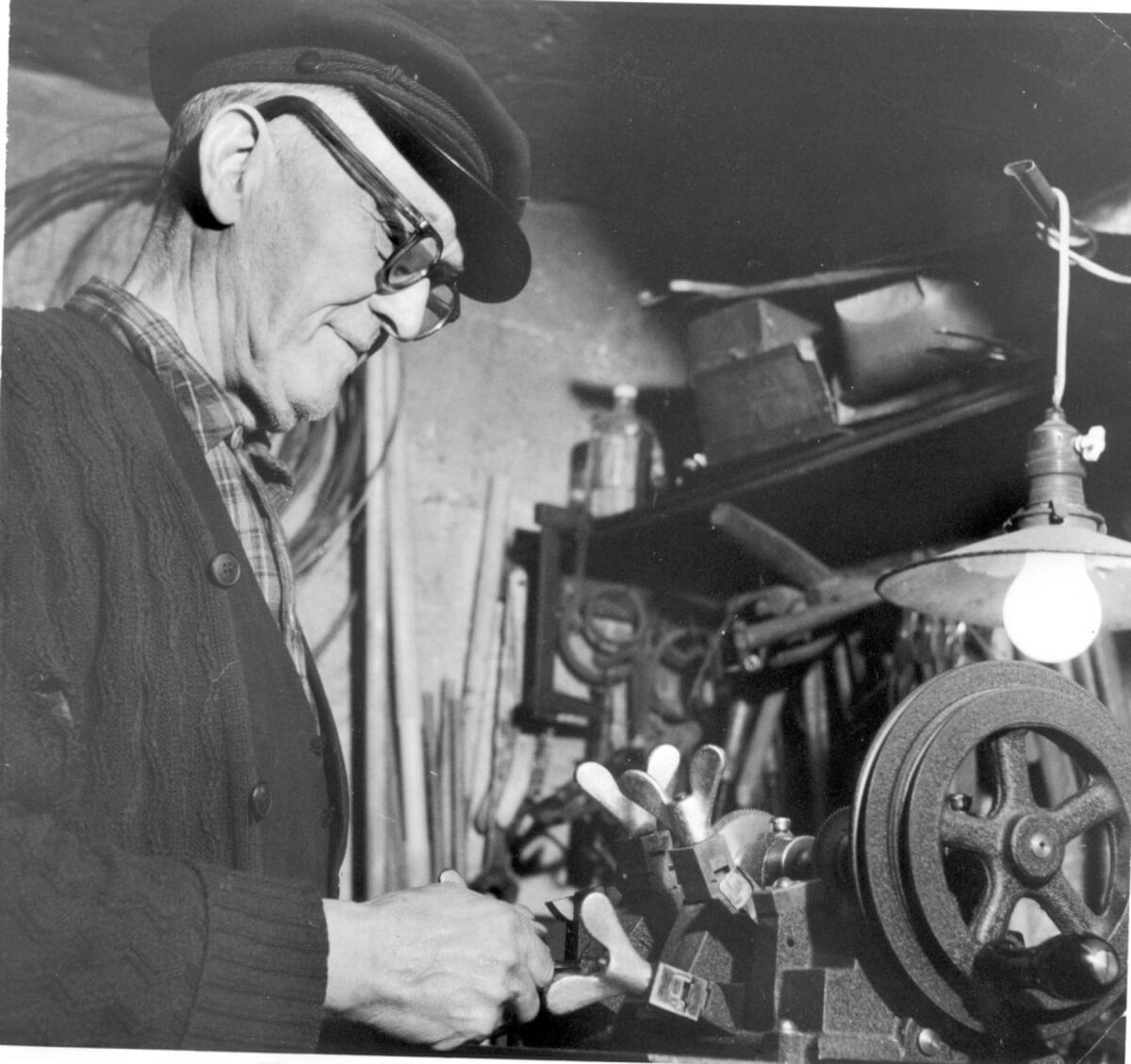 En man arbetar vid en maskin.