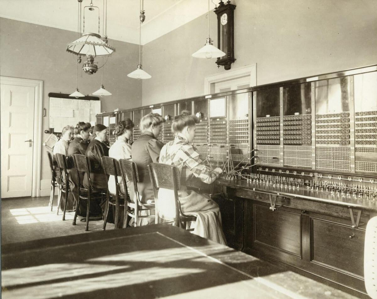 Kvinnor jobbar på televerket vid växeln.