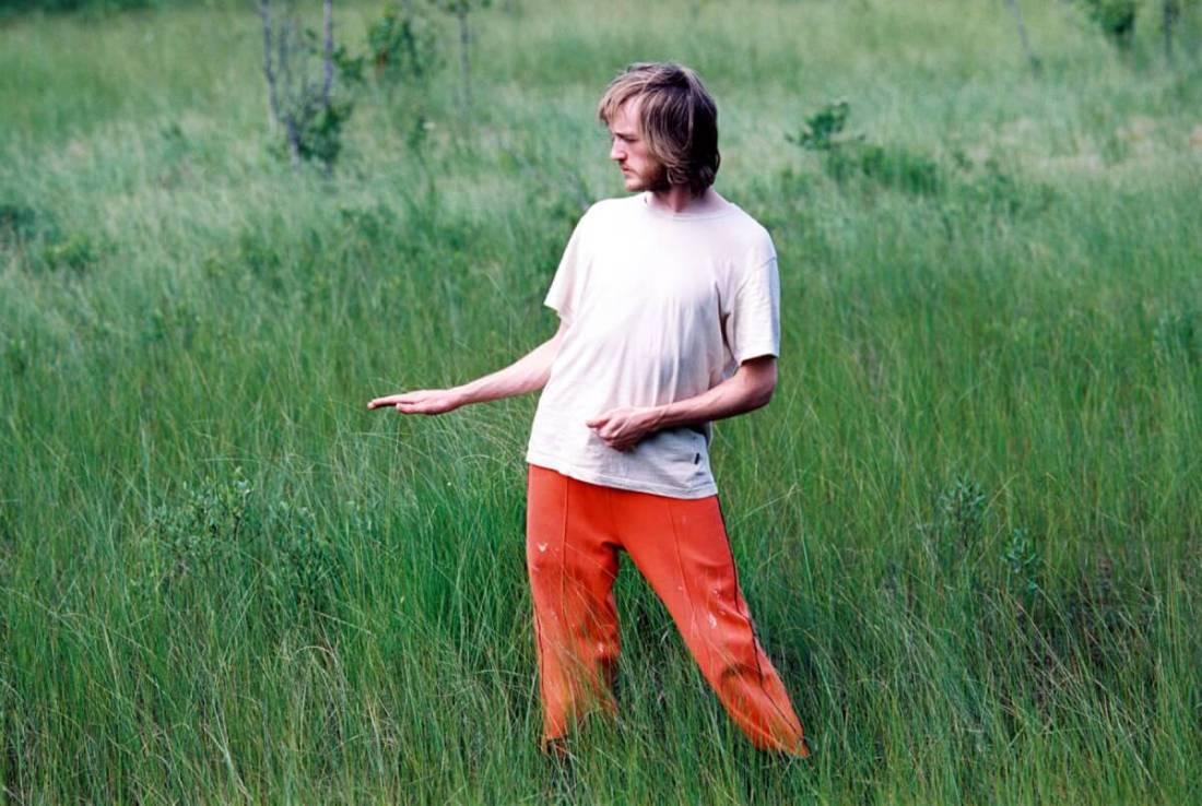 Man i gräs