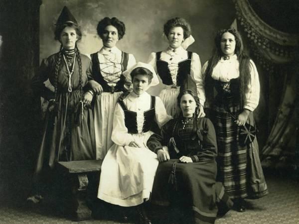 Kvinnor i folkdräkt