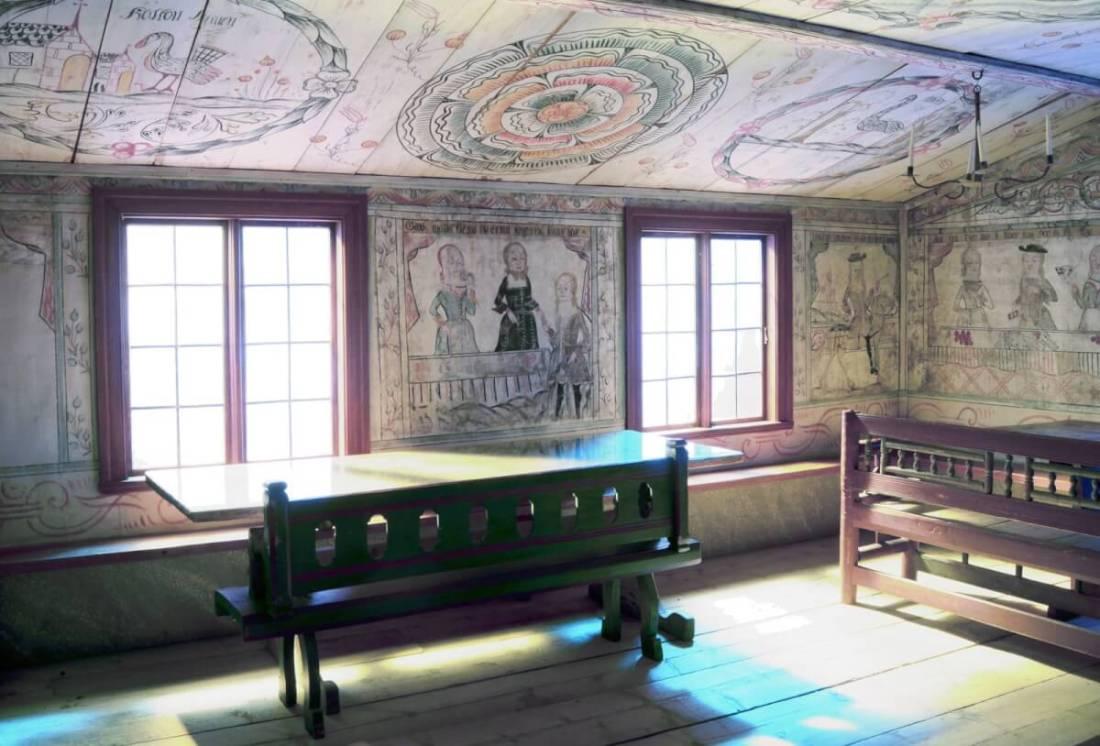 Interiör med väggmåleri och möbler