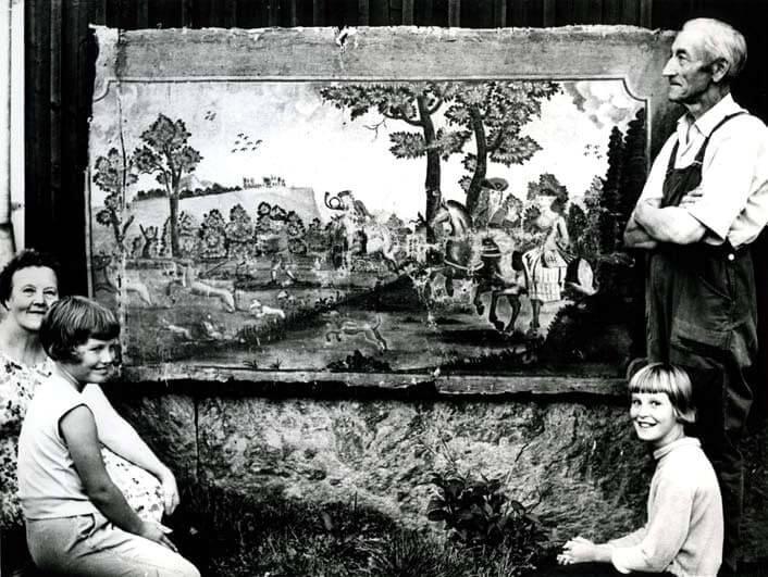 Ett väggfält målat av Jonas Hertman med poserande personer på vardera sida.