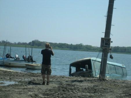 海中にバスが沈んでいる