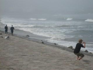 海岸には捜索を続ける人々がいた