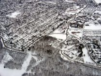 Chedoke McMaster Hospital on the upper right, Sanitorium Rd passing through the curve of Scenic Drive, with the escarpment in the foreground.