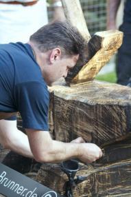 Der Wendelsteiner Bürgermeister schmiedet einen Nagel für den Nagelbaum (1)