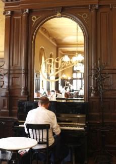 ピアノの生演奏。どんな人が演奏にきているんだろうか