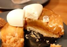 タルト・タタン。上に乗っているクリームはバニラとホワイトチョコのムース。りんごはそんなに甘すぎず(上に乗っているムースが甘いから?)、土台のタルト生地はパートシュクレだった(砂糖を使ったタルト生地)