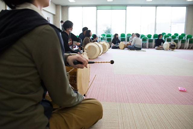 楽器ワークショップはチャンゴ(両面太鼓)の基本をマスター