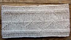 Mönsterstickat pannband