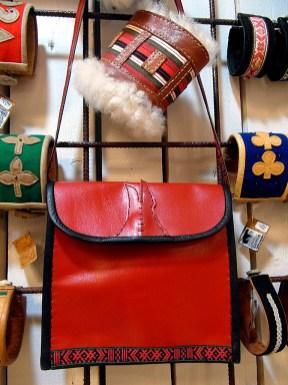 Blankröd väska