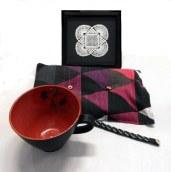Stengodsskål, tenntrådsarmband, värmedyna och tavla med handvirkad spetsduk