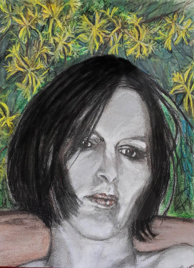 visage de ma femme, Morgane, pensive, rêveuse... en gros plan. L'arrière plan est tapissé de feuilles vertes et de fleurs jaunes