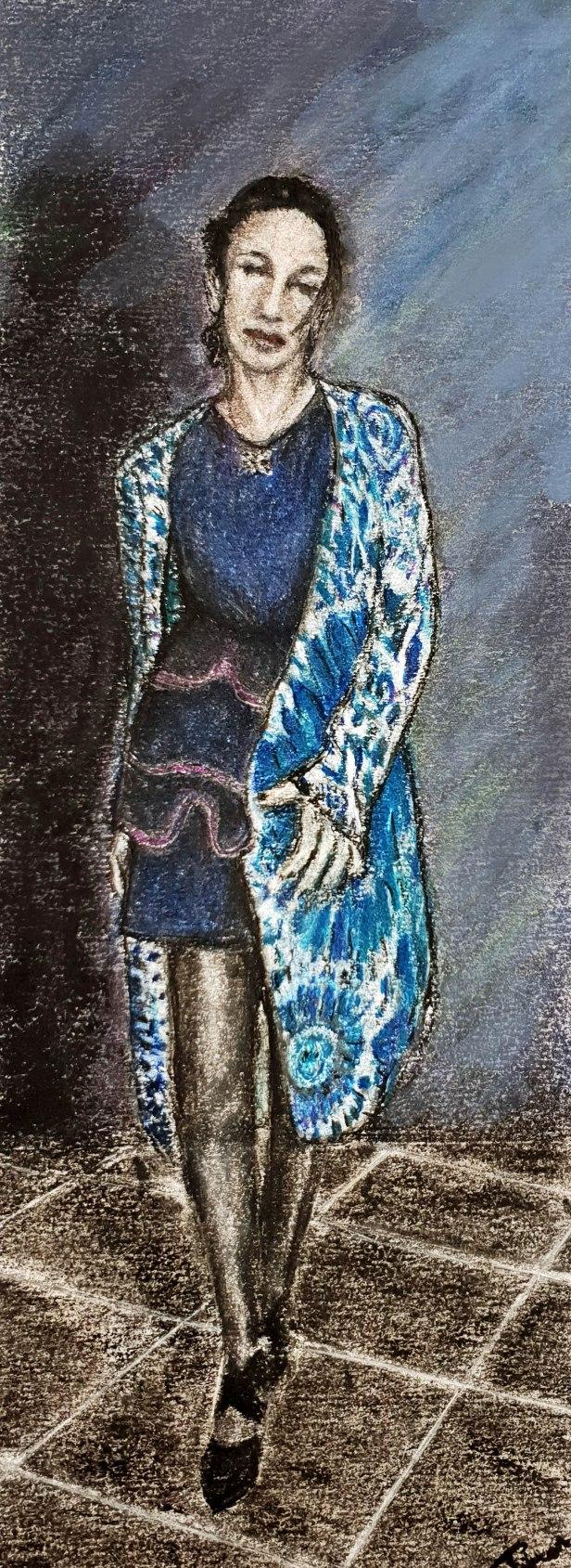 Cette photo représente un dessin au fusain et pastel de ma femme Morgane. Elle porte une robe Rodier bleu marine assez courte, un gilet Desigual bleu et crème . Elle a autour du cou un pendentif en forme d'aile de papillon .On l'a voit de face, debout, la tête légèrement inclinée sur sa gauche et les yeux fermés. Sa jambe droite est en avant comme si elle avançait vers celui qui la regarde. Un peu comme le fait un modèle dans un défilé de mode. Elle porte des collants noirs et des chaussures noires à au talon Le fond est un camaïeu de bleu, de bleu sombre à bleu claire. La partie gauche est sombre et reçoit son ombre portée.