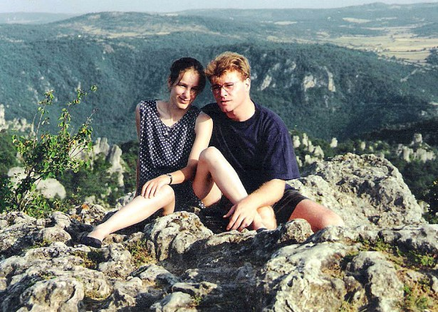 Photo en couleur présentant thierry Van den bil et sa femme, Morgane, en 1994 en vacances dans les gorges du Tarn. Ils regardent l'objectif, assis sur des rochers, l'un contre l'autre, et, au fond, on aperçoit les profondes gorges du Tarn