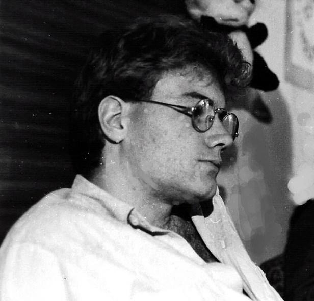 Photos en noir et blanc représentant thierry van den bil de profil, il a l'air pensif et plein de doutes.