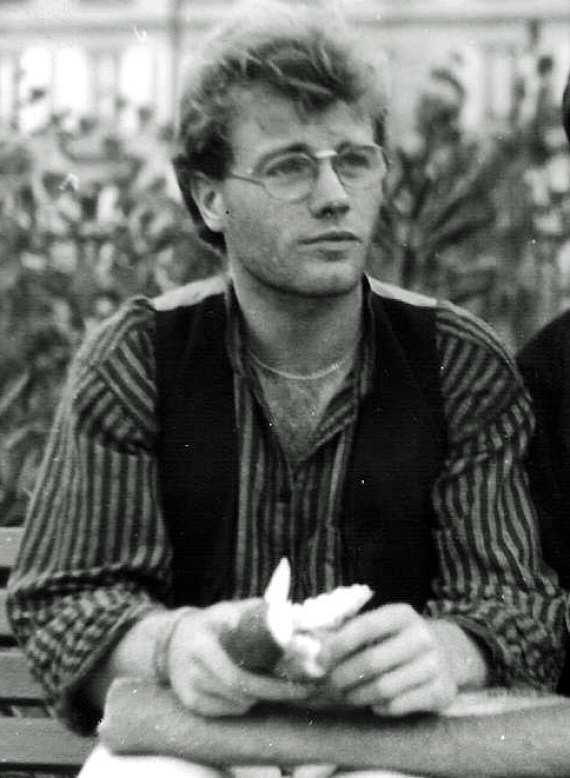 Photos en noir et blanc représentant thierry van den bil assis sur un banc. Il a l'air plutôt rêveur et optimiste.