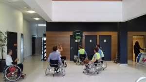 des personnes essayent le basket fauteuil