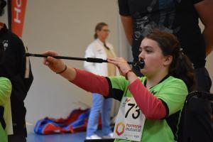 maéva tire à la sarbacane lors du grand prix régional des jeunes à pordic
